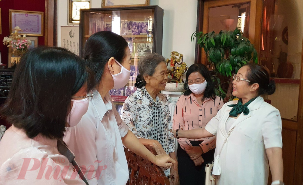 Dì Nguyễn Thị Lập Quốc cùng các chị Thường trực Hội thăm hỏi sức khỏe dì Mẫn - cháu gái của Nữ tướng Nguyễn Thị Định
