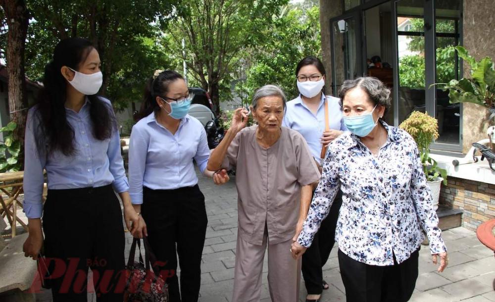 Bà Lâm Thị Ngọc Hoa - Phó chủ tịch thường trực Hội LHPN (bìa trái) và các cán bộ Hội LHPN TPHCM thăm hỏi dì Năm Đang