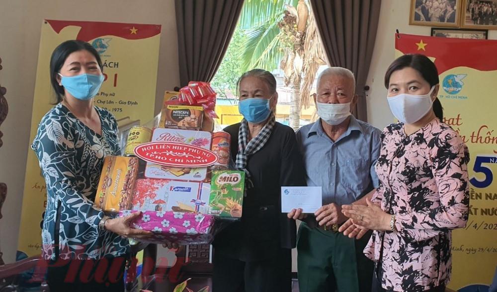 Hội LHPN TPHCM tặng quà cho vợ chồng cô Sáu Trong.