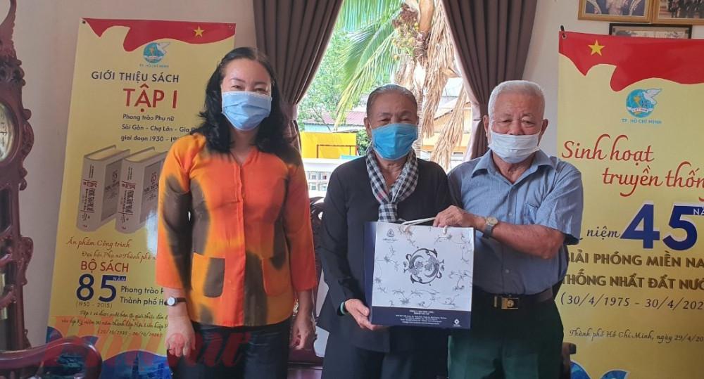 bà Nguyễn Thị Ngọc Yến – Trưởng ban Công tác phía Nam Trung ương Hội LHPN Việt Nam tặng quà cho vợ chồng cô Sáu Trong.