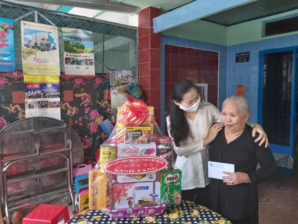 Bà Lân Thị Ngọc Hoa - Phó Chủ tịch Thường trực Hội LHPN TPHCM đến thăm các gia đình nhân chứng lịch sử trên địa bàn huyện Củ Cji.