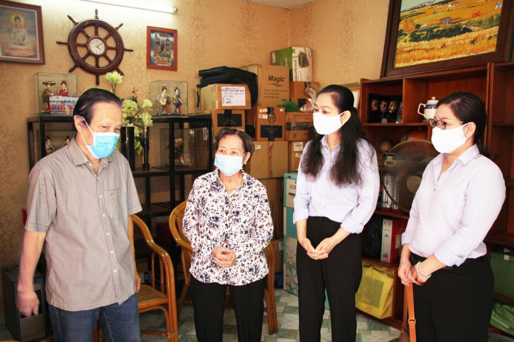 Các thế hệ cán bộ Hội Phụ nữ cùng nhắc lại những mẫu chuyện về nữ anh hùng liệt sĩ Lê Thị Riêng