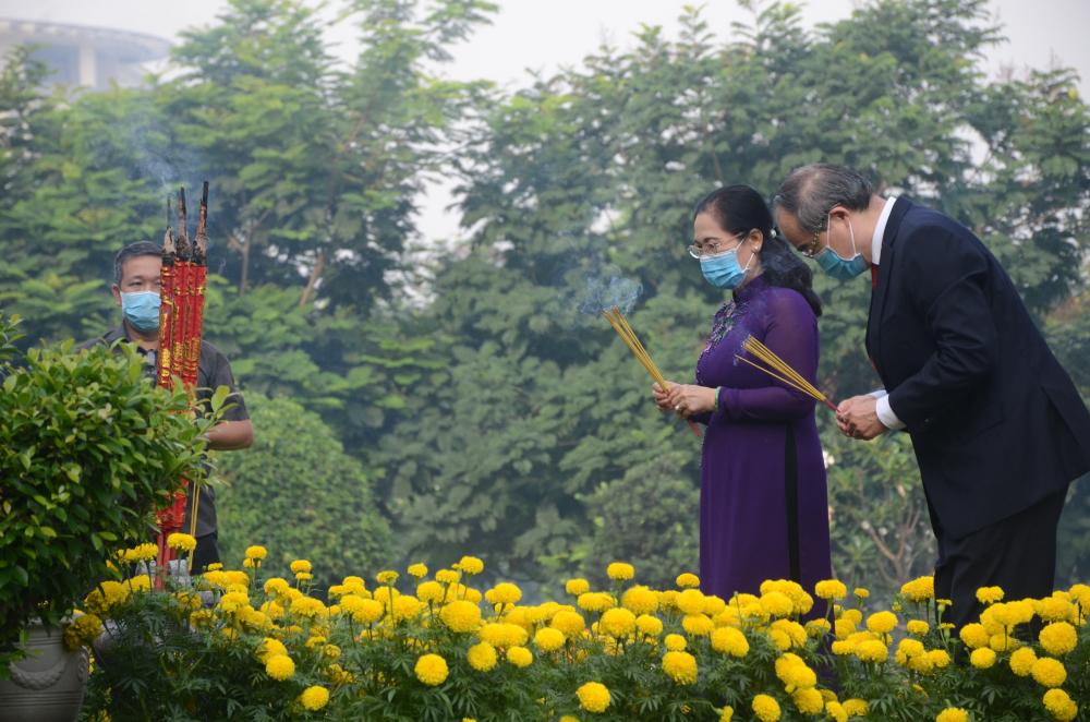 Bí thư Thành uỷ Nguyễn Thiện Nhân và Phó bí thư Thành uỷ, Chủ tịch HĐND TPHCM Nguyễn Thị Lệ dâng hương tại Nghĩa trang Liệt sĩ TP