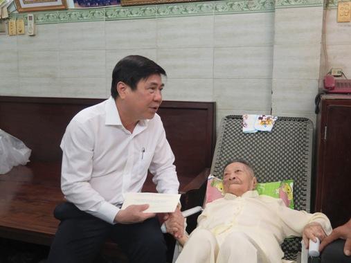 Chủ tịch UBND TP Nguyễn Thành Phong thăm Mẹ Việt Nam anh hùng - Anh hùng Lực lượng vũ trang nhân dân Nguyễn Thanh Tùng