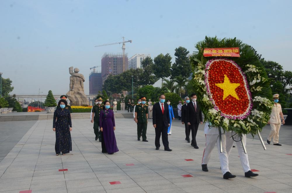 Đoàn do Bí thư Thành uỷ Nguyễn Thiện Nhân dẫn đầu viếng Nghĩa trang Liệt sĩ thành phố