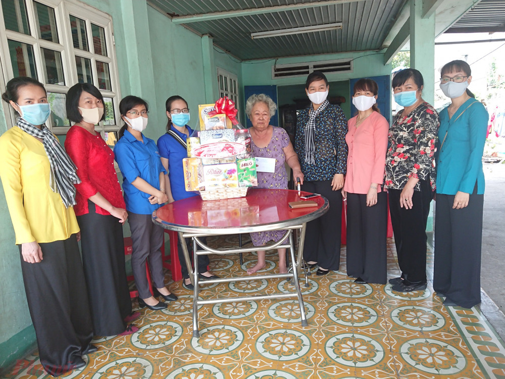 bà Trần Thị Phương Hoa -  Phó Chủ tịch Hội LHPN TPHCM cũng đến thăm các gia đình nữ nhân chứng lịch sử.