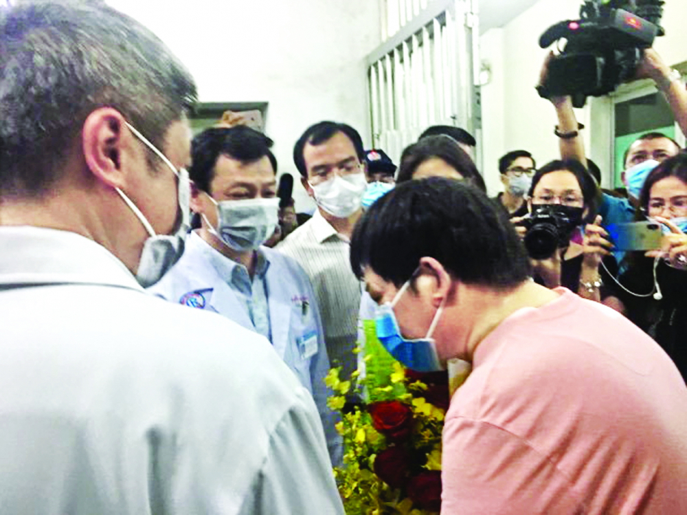 Ông Li Ding cúi đầu cảm ơn bác sĩ, nhân viên y tế Bệnh viện Chợ Rẫy và đất nước Việt Nam ngày xuất viện