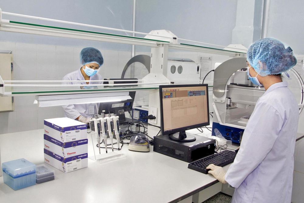 Quy trình nghiên cứu, sản xuất kit xét nghiệm của Việt Á đạt chuẩn ISO class 8,  ISO13485 và được WHO cùng Bộ Y tế - Chăm sóc xã hội Anh chấp thuận trong tháng 4/2020 - Ảnh: Quốc Ngọc