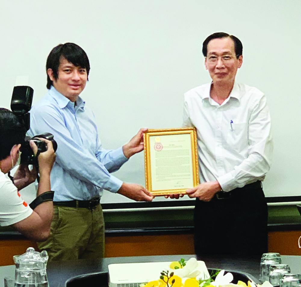 Hoàng Tuấn Anh nhận bằng khen của UBND TP.HCM từ Phó chủ tịch thường trực Lê Thanh Liêm