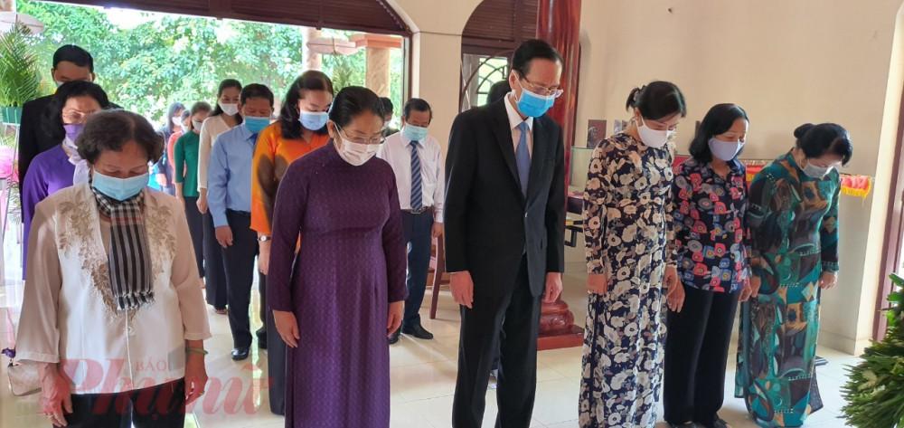 Đoàn đã đến dâng hương tại đền tưởng miện Má Rành, huyện Củ Chi.