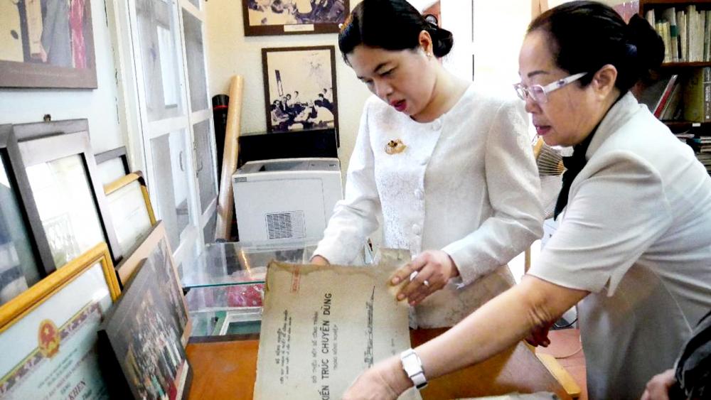 Bà Nguyễn Trần Phượng Trân cùng bà Nguyễn Thị Lập Quốc - nguyên Chủ tịch Hội LHPN TP.HCM, xem lại bút tích của cố kiến trúc sư Huỳnh Tấn Phát