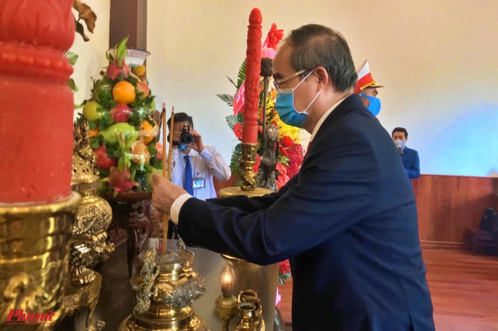 Bí thư Thành ủy TPHCM Nguyễn Thiện Nhân dâng hương Chủ tịch Hồ Chí Minh