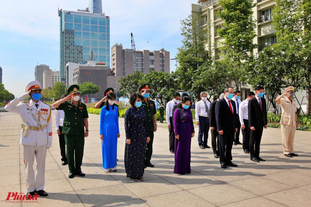 Lãnh đạo TP dành một phút mặc niệm bày tỏ tấm lòng thành kính với Chủ tịch Hồ Chí Minh