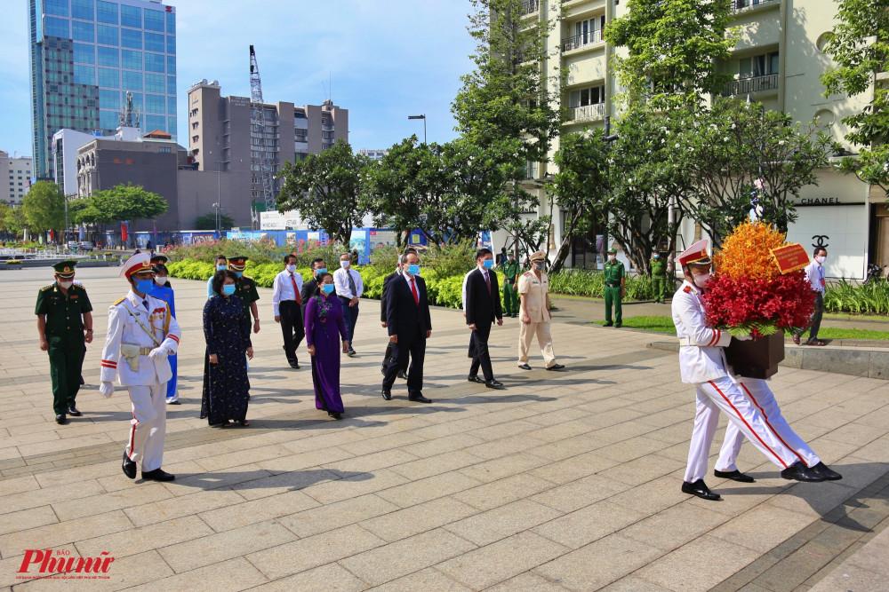 Đoàn lãnh đạo TPHCM do Bí thư Thành Ủy Nguyễn Thiện Nhân làm trưởng đoàn dâng hoa tại Công viên Tượng đài Chủ tịch Hồ Chí Minh