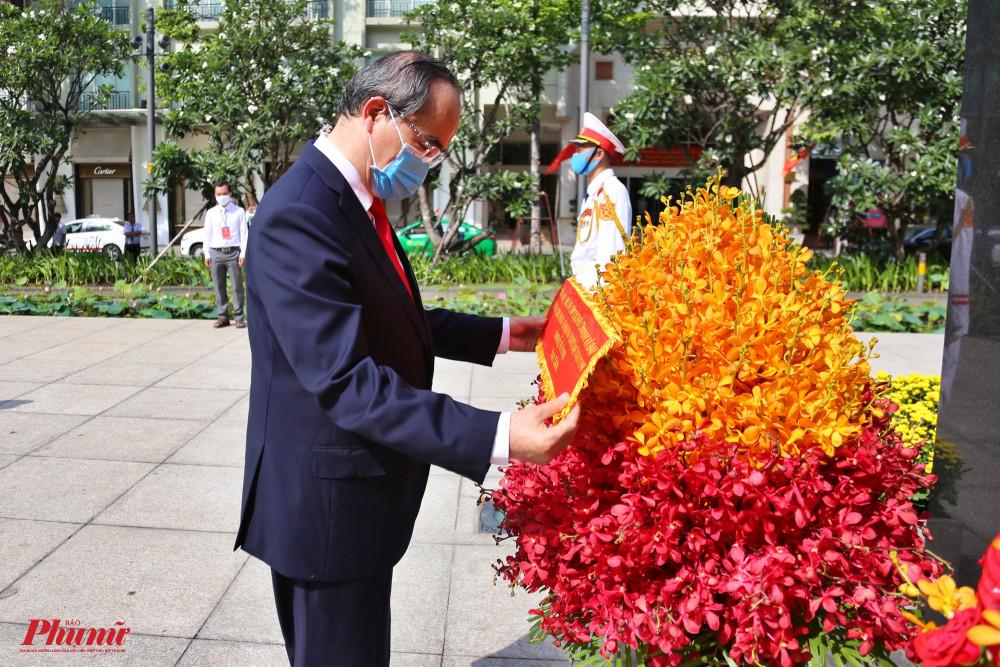 Bí thư Thành ủy TPHCM Nguyễn Thiện Nhân dâng hoa Chủ tịch Hồ Chí Minh