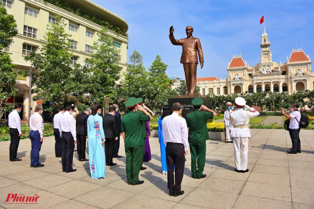 Đoàn đại biểu Thành ủy - HĐND - UBND - Ủy ban MTTQ Việt Nam TPHCM dâng hoa tại Công viên tượng đài Chủ tịch Hồ Chí Minh