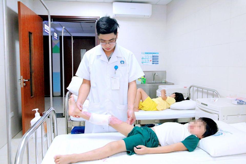 Bên chân bị bỏng của bệnh nhi D. đang hồi phục trở lại