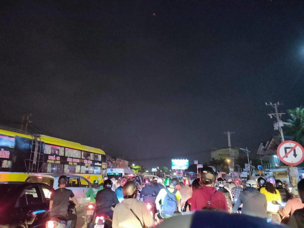 Cầu Phú Long đoạn giáp ranh giữa TP Thuận An, tỉnh Bình Dương và Quận 12 TPHCM cũng gặp tình trạng tương tự
