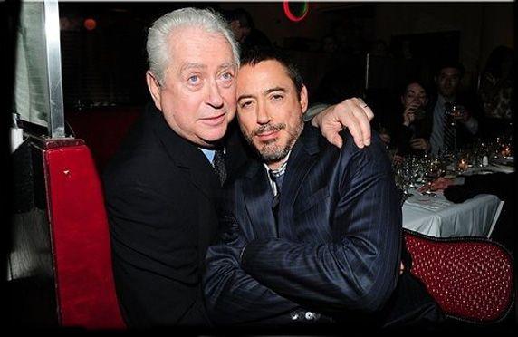 Robert Downey Jr và bố tại một sự kiện. Nam diễn viên không hề trách giận bố về những hành động trong quá khứ.