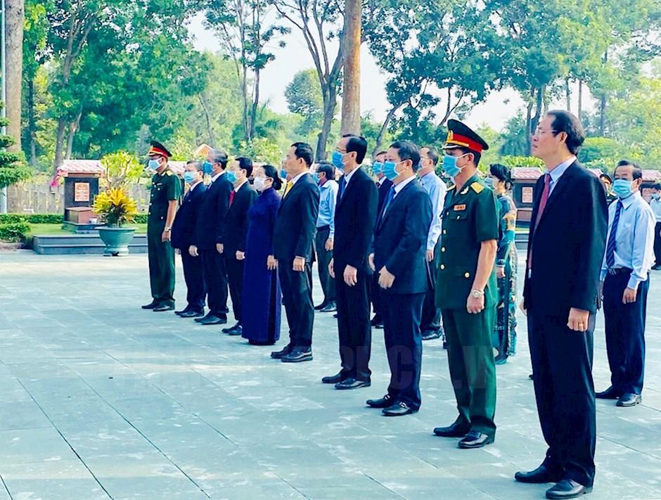 Đoàn lãnh đạo TPHCM do Ủy viên Trung ương Đảng, Phó bí thư Thường trực Thành ủy TPHCM Trần Lưu Quang dẫn đầu viếng Đền tưởng niệm Liệt sĩ Bến Dược, Củ Chi