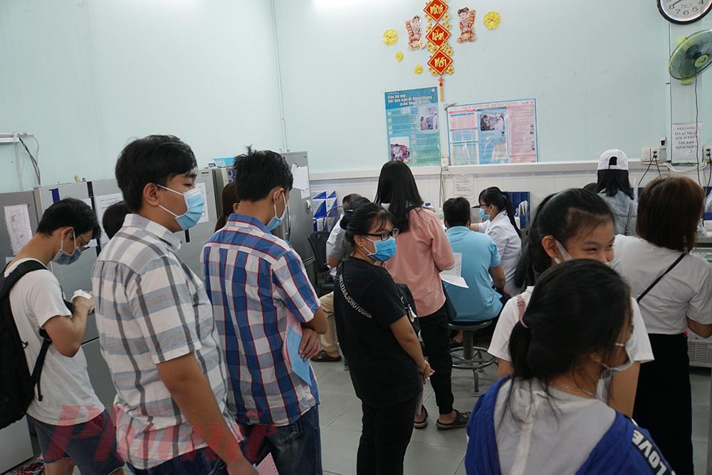 Người dân chờ tiêm vắc-xin tại Viện Pasteur TPHCM