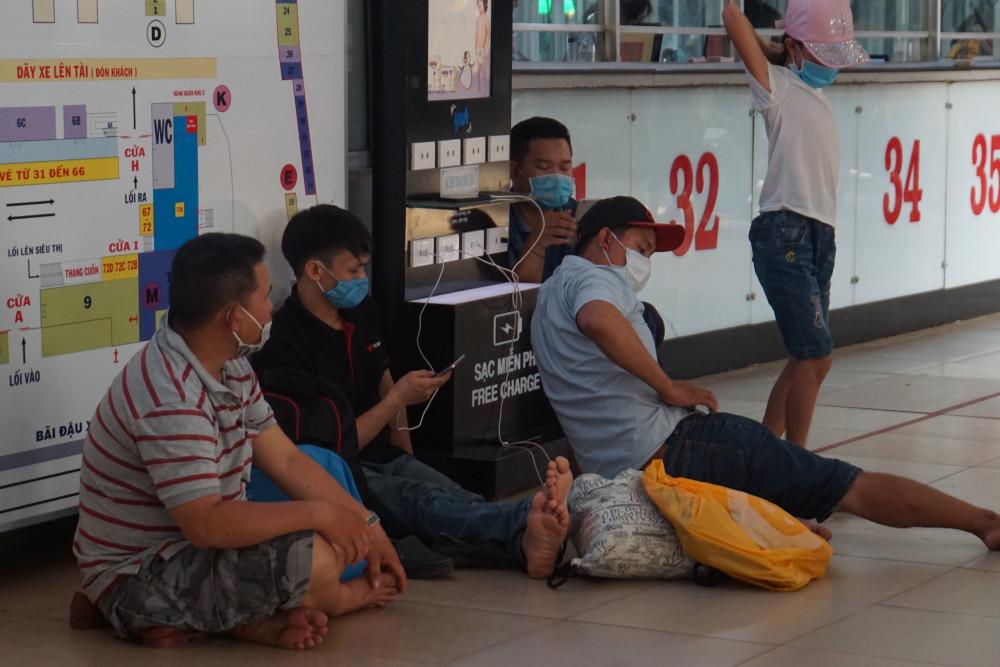 Hành khách ngồi bệt dưới sảnh do ghế chờ không còn