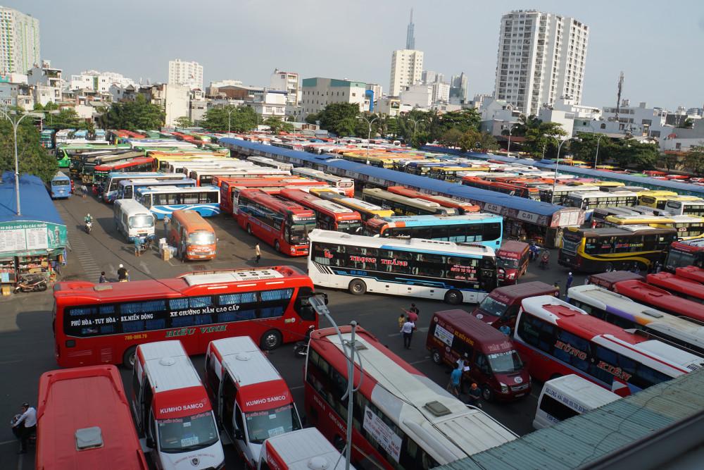 Hàng nghìn xe khách đậu bên trong bến để chờ đón khách, xuất bến