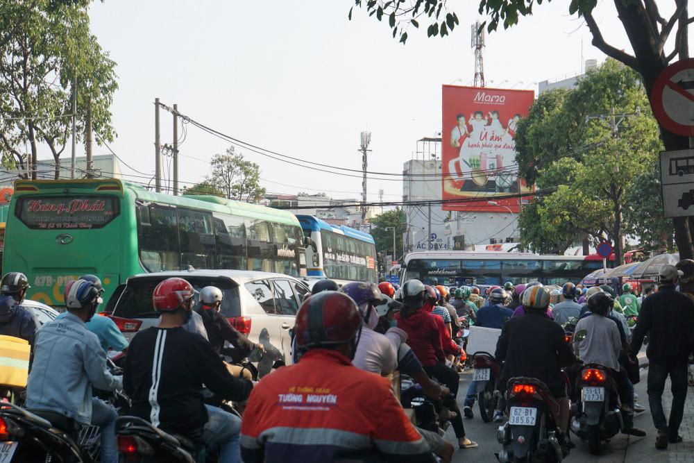 Các tuyến đường xung quanh bến xe xảy ra tình trạng ùn tắc