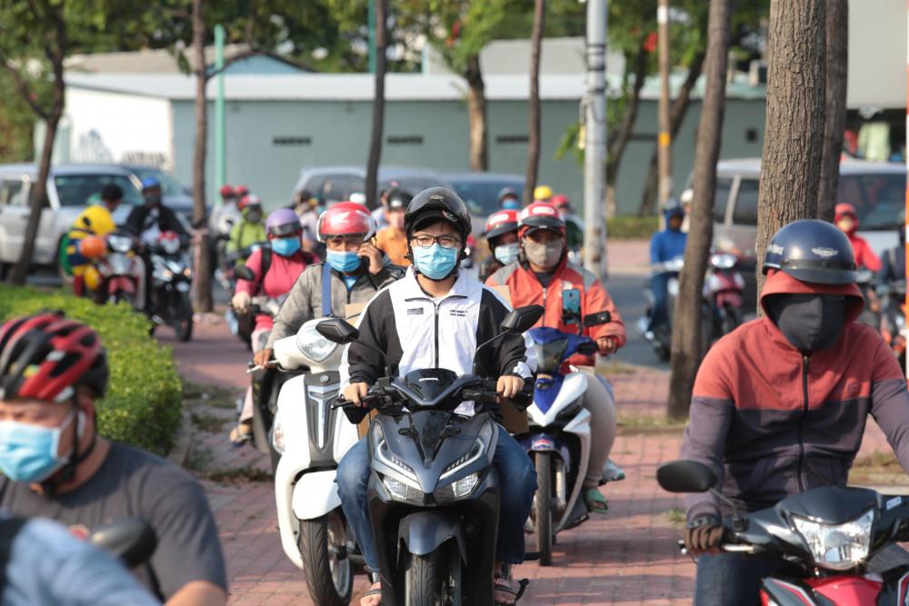 Kẹt xe trên đường Đinh Bộ Lĩnh, người dân phải lao xe lên lề đường