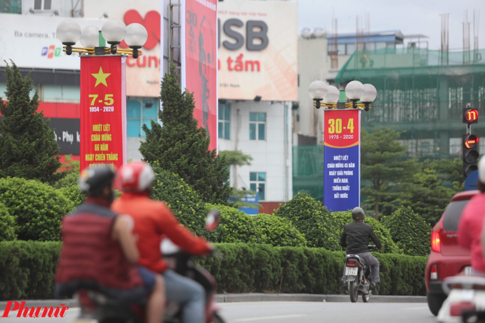 Những băng rôn khẩu hiệu kỷ niệm 30/4 và sắp tới là 7/5, chiến thắng Điện Biên Phủ (7/5/1954) được treo tại nhiều tuyến phố của Hà Nội.