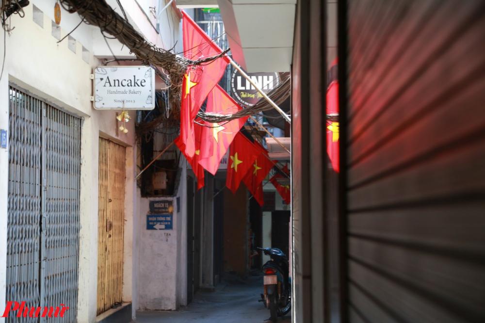 Một ngõ nhỏ trên phố Lê Duẩn cũng rực rỡ cờ đỏ sao vàng.