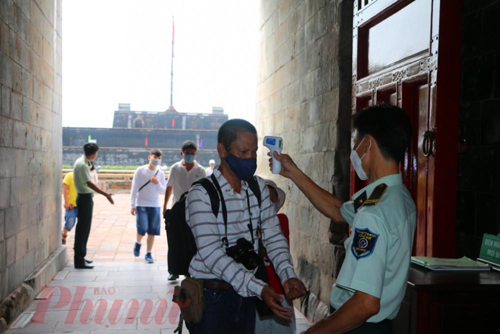Công tác kiểm tra Y tế được cán bộ Trung tâm Bảo tồn di tích cố đô Huế kiểm tra nghiêm ngặt trước lúc vào cổng Ngọ Môn