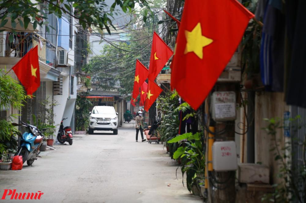 Những ngõ ngách của Hà Nội cũng đỏ rực màu quốc kỳ, được người dân treo lên từ rất sớm.