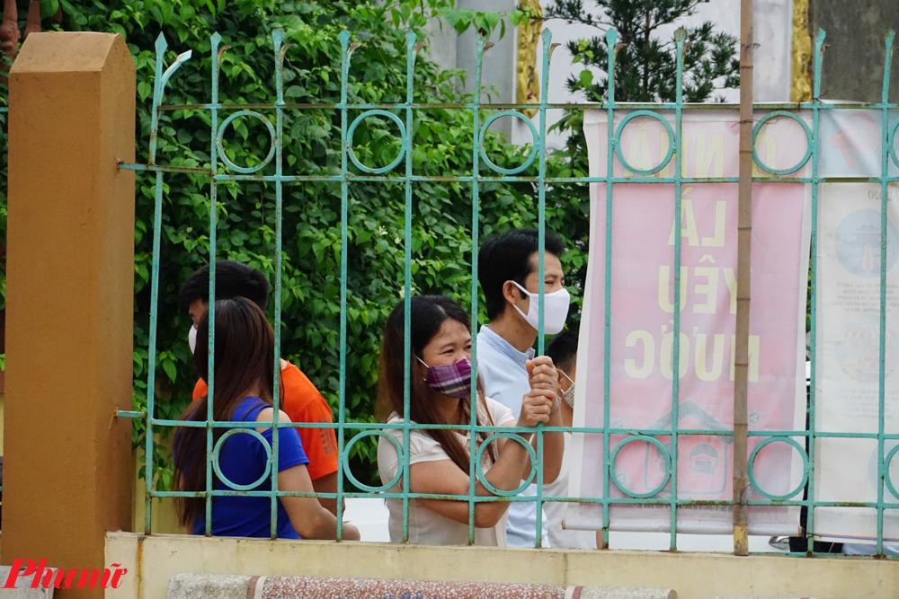 Từ sáng sớm, nhiều người đã chờ đợi tại cổng nhà văn hóa thôn để nghe quyết định dừng cách ly y tế.