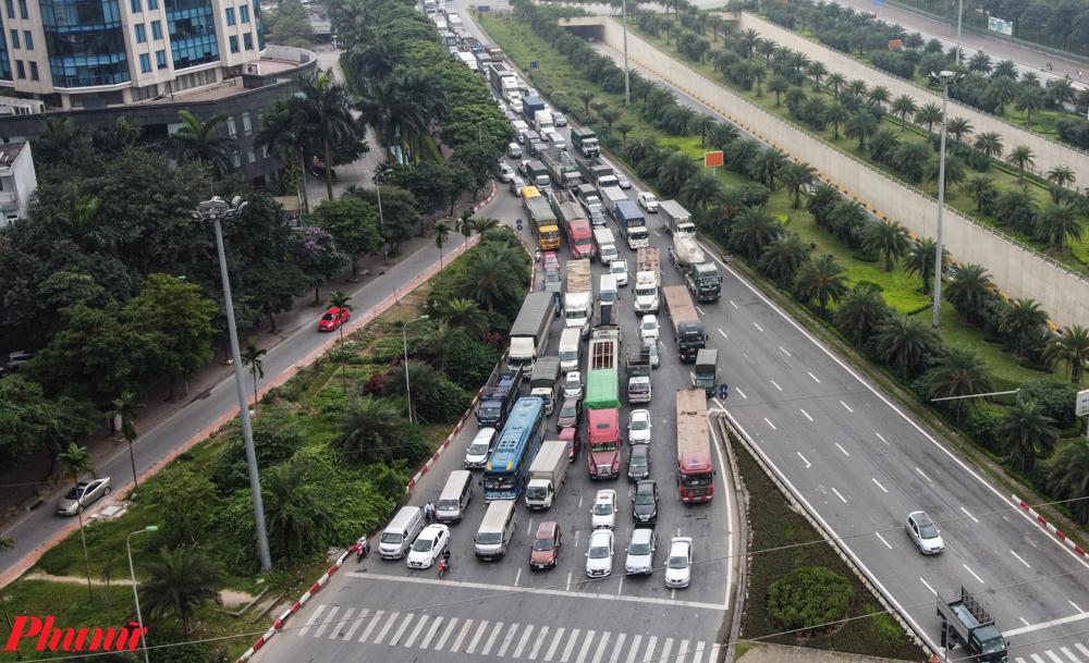 Trong ngày đầu tiên của kỳ nghỉ lễ 30/4 - 1/5 kéo dài 4 ngày (từ 30/4 đến 3/5), hàng vạn người đã rời Hà Nội để về quê, đi du lịch. Do thời điểm dịch bệnh, nhiều gia đình lựa chọn phương tiện cá nhân để di chuyển nên dù các tuyến xe khách liên tỉnh của Hà Nội bị hạn chế 50% nhưng vẫn xảy ra cảnh ùn tắc.