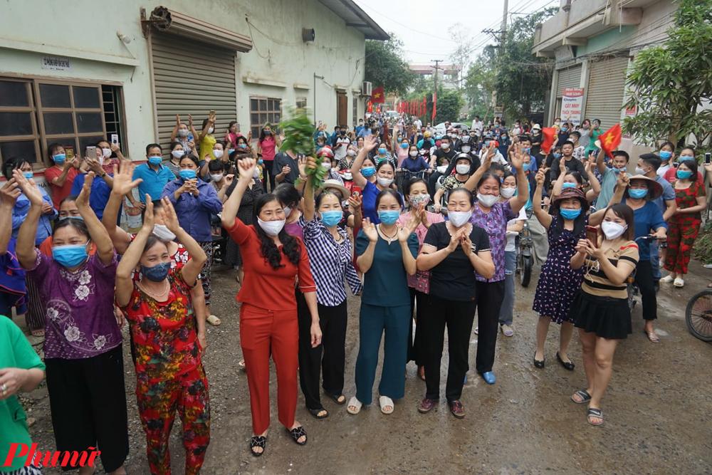 Trước đó tại khu vực cách ly Bệnh viện Bạch Mai cũng bị phê phán vì tập trung đông người khi thời gian cách ly kết thúc.