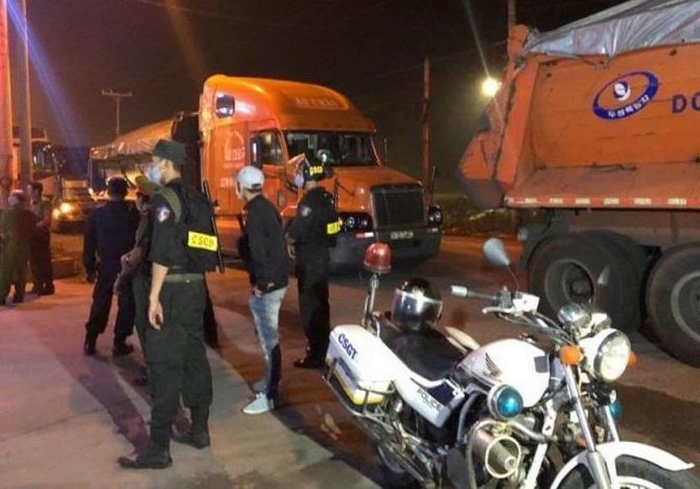 Công an Đồng Nai chặn bắt đoàn xe quá tải trên QL51 - Ảnh: VNN
