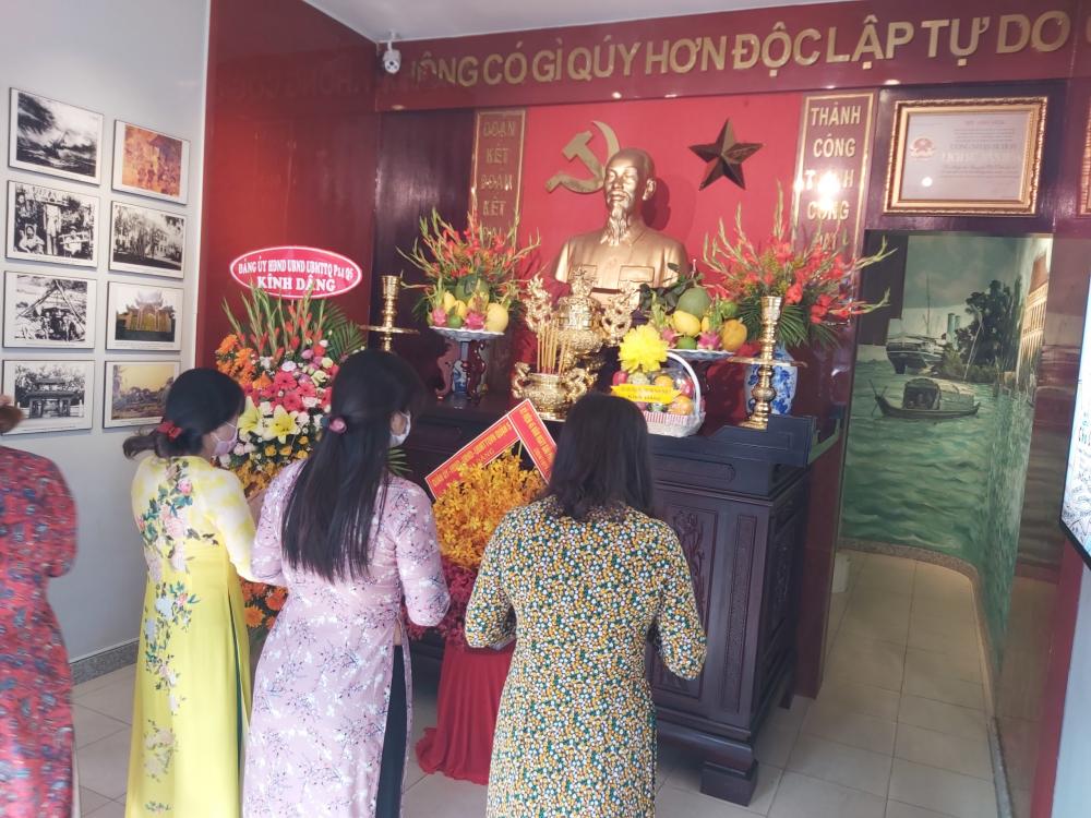Đoàn dâng hương tại Nhà lưu niệm Bác Hồ.