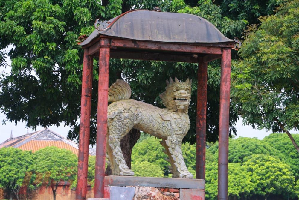 Trước sân điện Thái Hòa con Nghê đá vẫn trường tồn cùng thòi gian