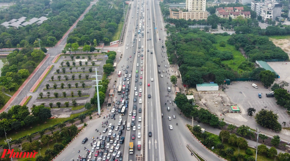 Khu vực nút giao Đại lộ Thăng Long dẫn lên đường trên cao là điểm ách tắc nhất bởi đây là vị trí nhiều tuyến đường nhập vào đường vành đai 3 để ra khỏi thành phố.