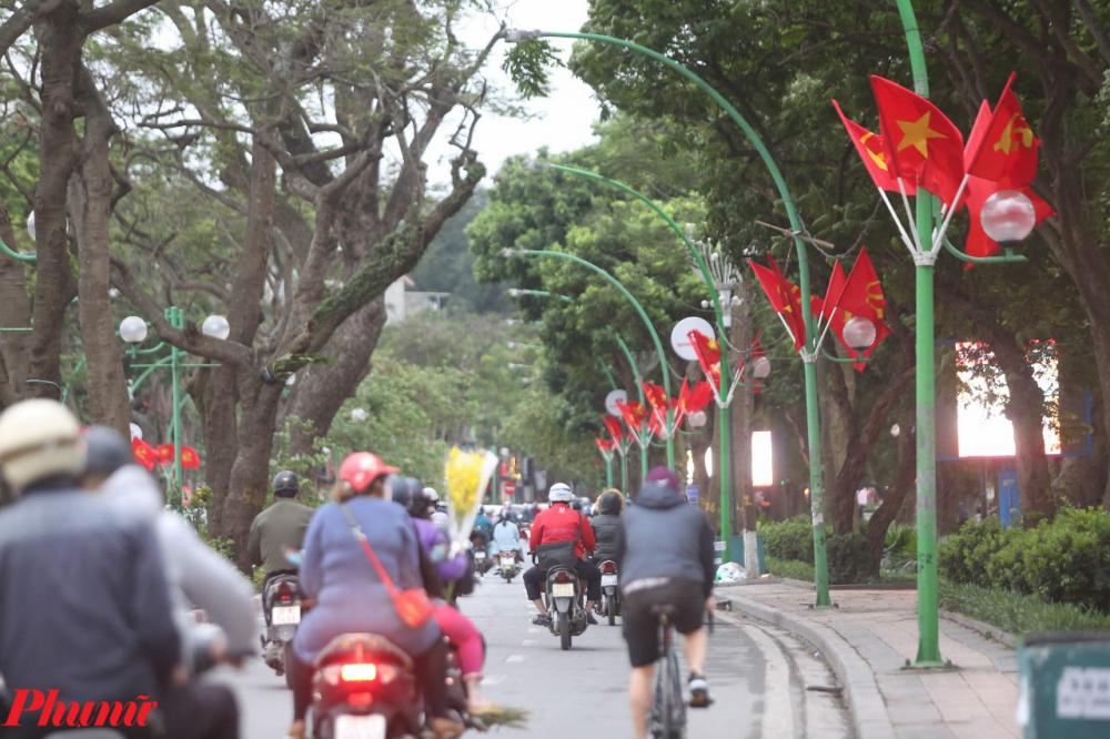 Từ trước đó vài ngày, đường phố Hà Nội đã bắt đầu trang hoàng bằng cờ hoa để chào đón ngày đại lễ 30/4, kỷ niệm 45 năm ngày thống nhất đất nước. Việc treo cờ vào ngày lễ này cũng là một nét đặc trưng thiêng liêng không chỉ riêng của Thủ đô Hà Nội