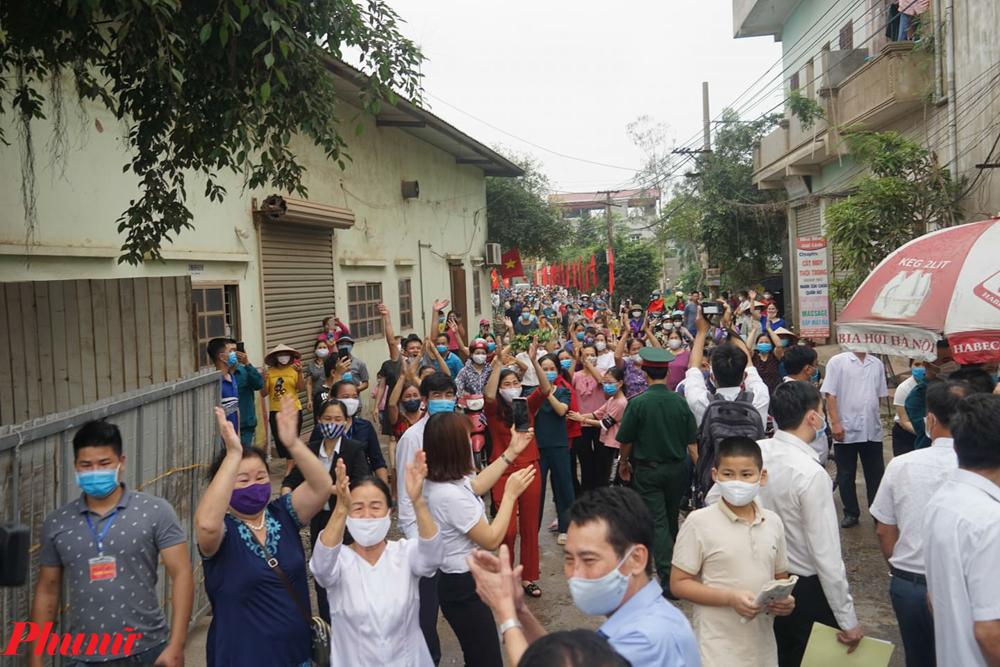 Hàng trăm người đã cùng nhau đi về phía chốt gác cổng thôn tạo ra cảnh tụ tập đông người, điều lẽ ra vẫn cần hạn chế trong thời điểm hiện tại.