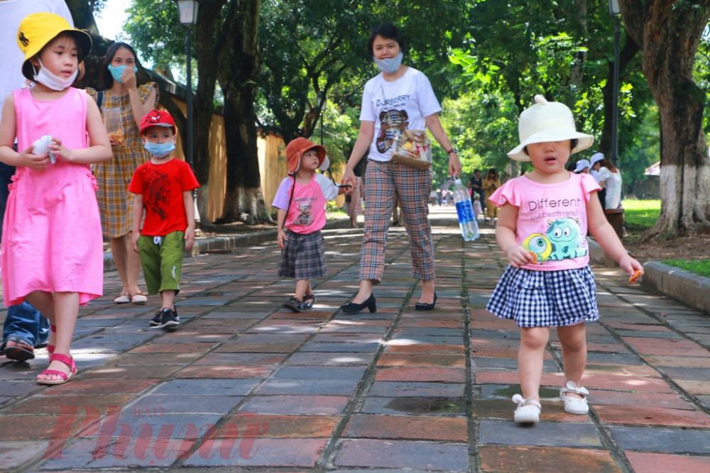 Tranh thủ thời gian nghỉ lễ các bà mẹ trẻ dẫn các cháu nhỏ tham quan Đại Nội