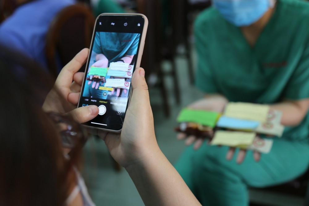 Bệnh viện Điều trị COVID-19 được hỗ trợ về chuyên môn từ bác sĩ, điều dưỡng của 3 bệnh viện trong thành phố là Bệnh viện Bệnh nhiệt đới TPHCM, Bệnh viện Quận 2 và Bệnh viện Quận Thủ Đức. Sở Y tế TPHCM cũng giao cho bác sĩ Nguyễn Minh Quân - Giám đốc Bệnh viện Quận Thủ Đức kiêm Giám đốc Bệnh viện Điều trị COVID-19, chịu trách nhiệm phụ trách công tác quản lý, hậu cần.