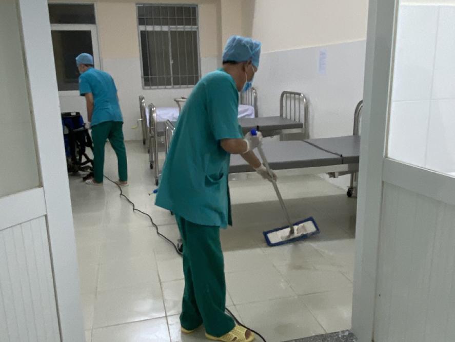 Sau khi các bệnh nhân xuất viện, nhân viên tranh thủ dọn vệ sinh, khử khuẩn tại khối F và khối G của bệnh viện, nơi được bố trí 3 khu cách ly dương tính với tổng cộng 10 phòng cách ly áp lực âm, 23 phòng bệnh với 85 giường bệnh.