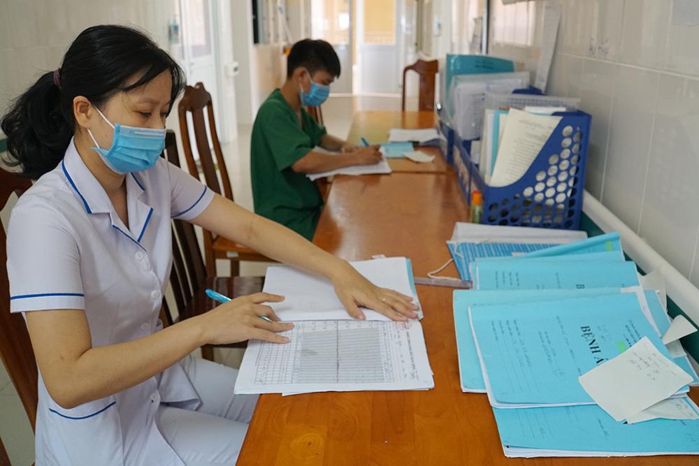Tuy nhiên, các bác sĩ tại đây đều phân chia ê-kíp trực, thường xuyên vệ sinh, khử trùng các khu vực của bệnh viện, nhất là những nơi từng có bệnh nhân điều trị, đảm bảo duy trì hoạt động, luôn sẵn sàng cho mọi tình huống điều trị, phòng chống COVID-19.