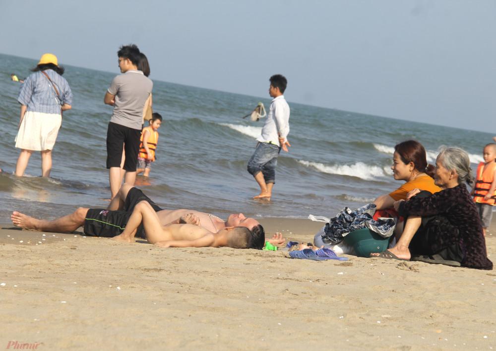 Bãi biển thưa thớt người trái ngược với cảnh chen chúc dịp lễ những năm trước