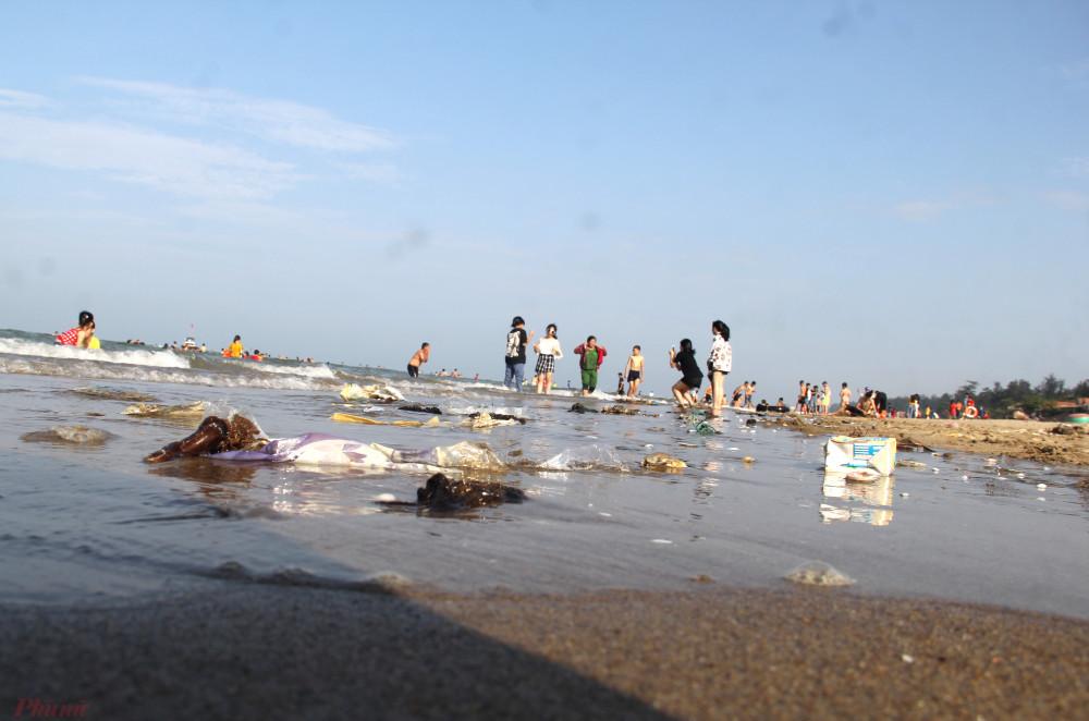 Dù vắng khách, nhiều khu vực vẫn bị rác sinhhoatj bủa vây