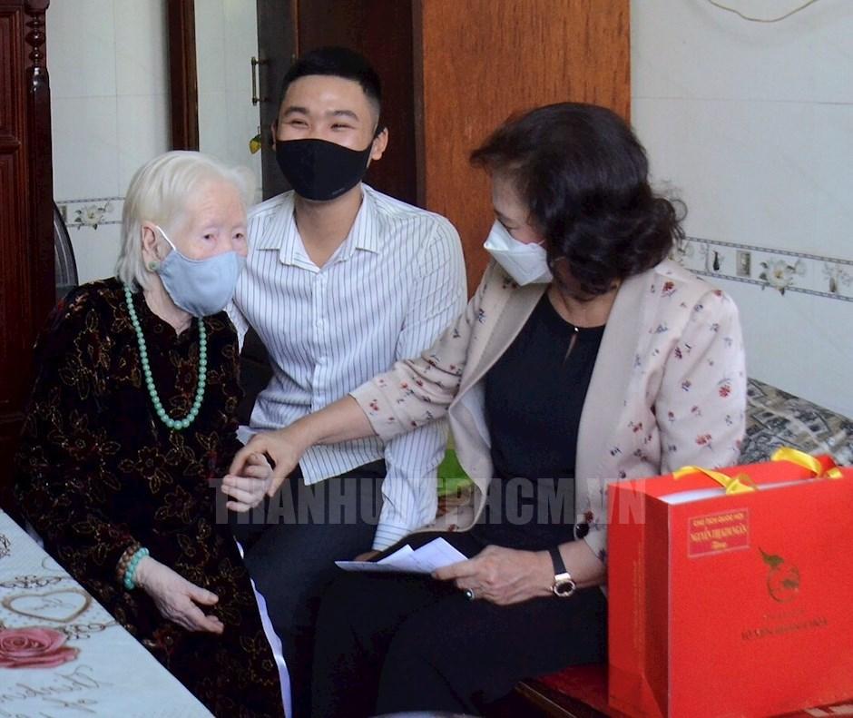 Chủ tịch Quốc hội Nguyễn Thị Kim Ngân đến thăm và tặng quà Mẹ Việt Nam anh hùng Nguyễn Thị Cang