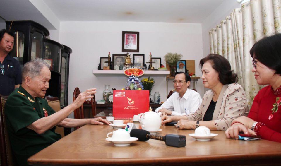 Chủ tịch Quốc hội Nguyễn Thị Kim Ngân đến thăm Đại tá, Anh hùng Lực lượng vũ trang Nhân dân Nguyễn Văn Tàu